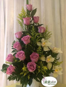 Rosas lila con orquídeas
