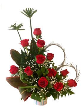 Arreglo 12 rosas rojas con un toque de corazón