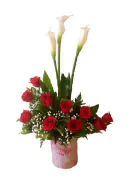 Arreglo de rosas con calas