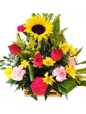 Arreglo de girasol con flores de primavera