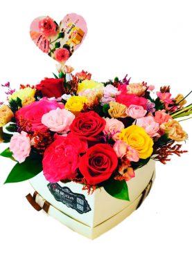Arreglo de flores en caja de corazón