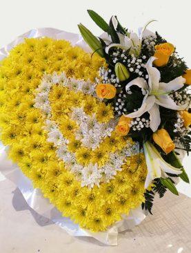 Corona de corazón con lirios y rosas