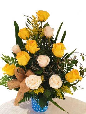 Arreglo de rosas blancas y amarillas