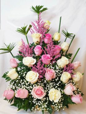 Arreglo de rosas rosadas y blancas