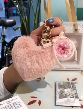 Rosa preservada llavero corazon rosado