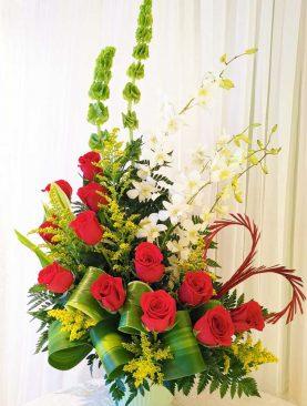 Arreglo de rosas rojas con orquideas blancas