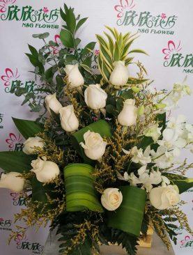 Arreglo de rosas y orquideas blancas