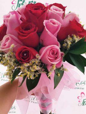 Ramo de novia de rosas rojas y rosadas