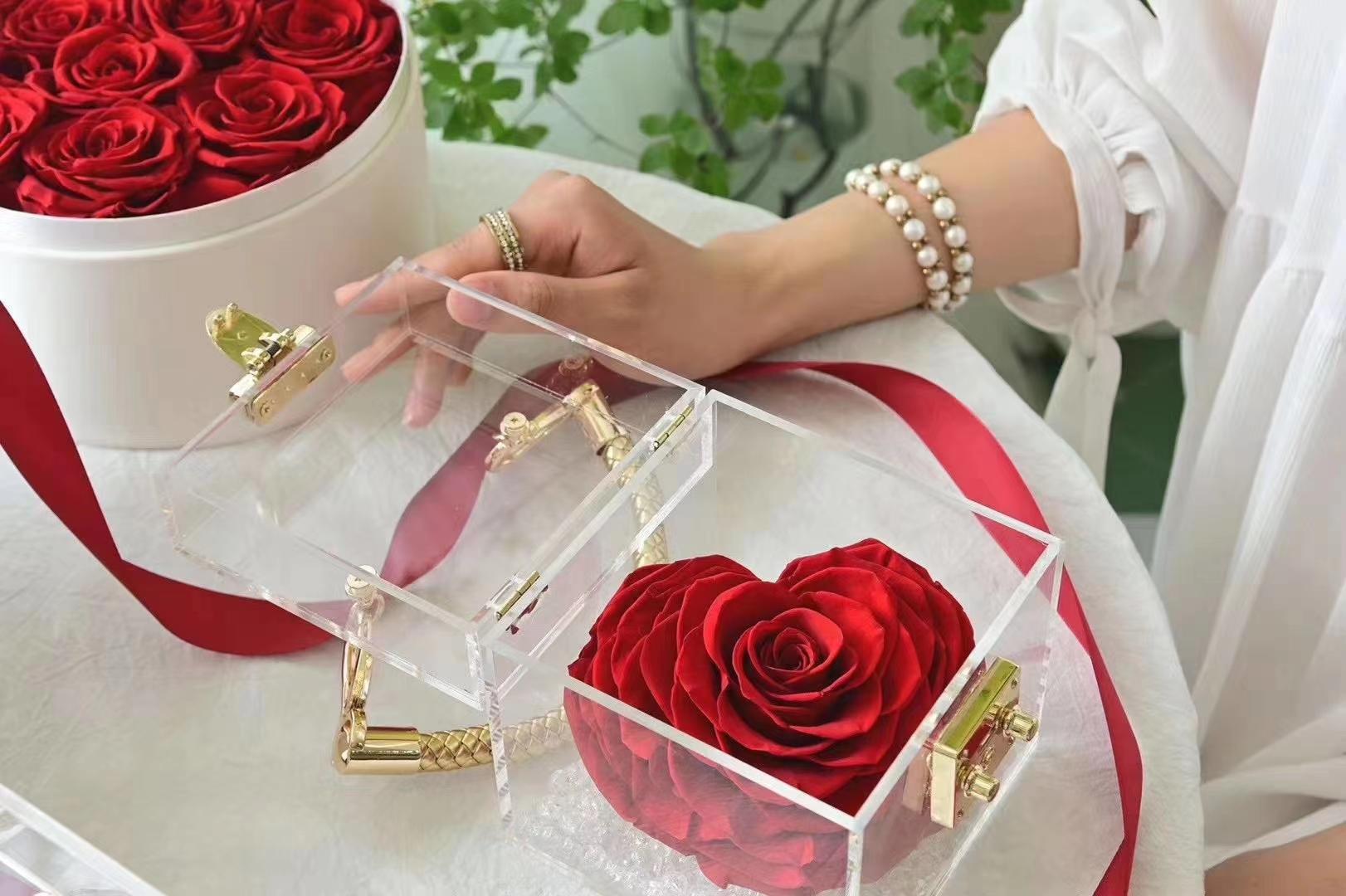 Rosa Preservada forma corazon con bolso acrilico